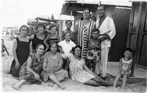 Pesaro-1927.-Gruppo-di-bagnanti-dalla-raccolta-Bertúccioli-Volpini-300x190