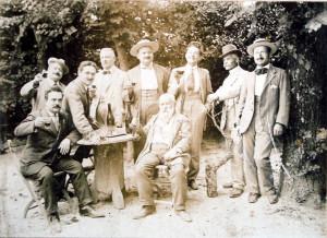 Sant'Angelo in Lizzola, 1913. Foto di gruppo nel giardino di palazzo Marcolini (Archivio storico diocesano di Pesaro)