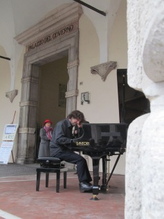Mario Mariani performing under the logge of the Ducal Palace
